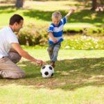 Vater und Sohn beim Spiel
