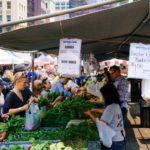 Menschen beim Einkauf auf einem Obst- und Gemüsemarkt